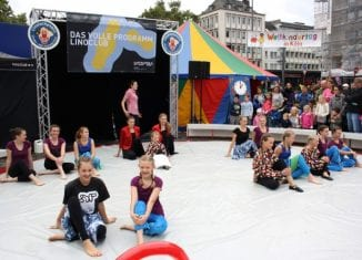 Kinder- und Jugendcircus Linoluckynelli aus Köln auf dem Lingener Marktplatz